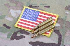 Toppa della bandiera dell'ESERCITO AMERICANO sull'uniforme del cammuffamento Fotografia Stock