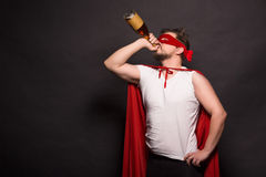 Toppen anti-hjälteman som dricker alkohol Arkivbild