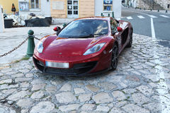 Toppen bil på den franska Rivieraen Royaltyfri Foto