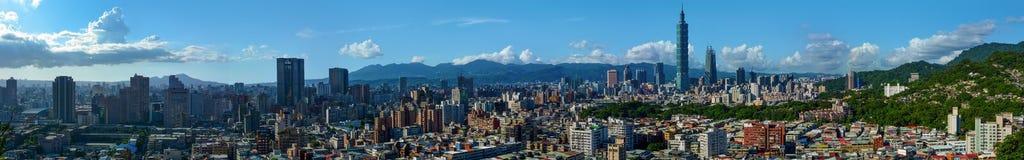 Toppen bred panorama av den moderna staden av Taipei, huvudstaden av Taiwan fotografering för bildbyråer