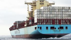 Toppen containership Maersk Luz som skriver in i den Algeciras fjärden stock video