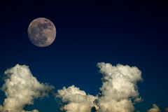 Toppen fullmåne med den klara molndagen för blå himmel för bakgrundsbakgrundbruk Fotografering för Bildbyråer