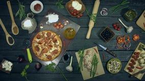 Toppen köttpizza på ekologisk svart bakgrund