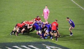 Toppen klunga för spelare för rugbylek Royaltyfria Bilder
