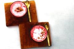 Toppen latte för rödbeta två på marmorbakgrund Fotografering för Bildbyråer