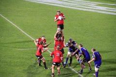 Toppen linje-ut kast för spelare för rugbylek Arkivfoton