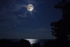 Toppen måne över Lake Ontario Royaltyfria Bilder