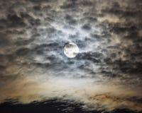 Toppen måne i mörker vadderade moln royaltyfri foto
