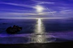 Toppen måneinställning på havet royaltyfria bilder