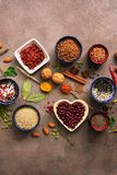 Toppen matbakgrund, en variation av sädesslag, skidfrukter, kryddor, frö, örter, muttrar Olika smaktillsatser för att laga mat på arkivfoto