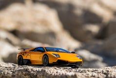 Toppen snabb bil i bergen arkivfoto