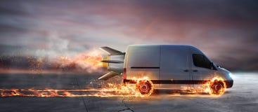 Toppen snabb leverans av packeservice med skåpbilen med hjul på brand royaltyfri fotografi