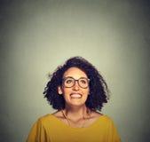 Toppen upphetsad lycklig flicka i exponeringsglas som ser upp Arkivfoton