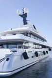Toppen yachtanslutning i den franska Riviera marina Royaltyfri Foto
