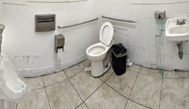 Toppet brutto- badrum i LA royaltyfria foton