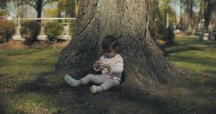 Toppet gulligt behandla som ett barn flickan som spelar i, parkerar arkivfilmer