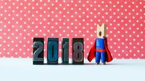 Toppet kort för hälsning för nytt år för inspiration 2018 Idérik superheroledare som poserar nära retro boktrycksiffror metafor Royaltyfri Foto