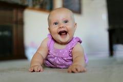 Toppet lyckligt behandla som ett barn flickan som hemma ler Arkivfoto