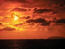 toppet moln för horisont för hav för blodmånesolnedgång orange Royaltyfria Bilder