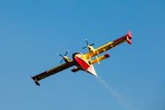 Toppet Scooper 246 brandbekämpningflygplan för Bombardier CL-415 Arkivbilder