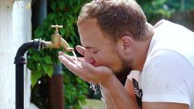 Toppet ultrarapidskott av yttre stekflott och färgstänk för klappvatten på en varm sommardag arkivfilmer