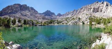 toppig bergskedja för lakebergpanorama royaltyfri fotografi