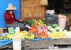 Toppig bergskedja kvinna som säljer grönsaker i Peru Royaltyfri Foto