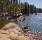 Toppig bergskedja Nevada Alpine Lake Reflections royaltyfria bilder