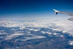 Toppig bergskedja Nevada Mountains från luften arkivfoton