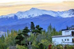Toppig bergskedja Nevada Mountains Snow Ski Area Granada Andalusia Spanien Royaltyfri Bild