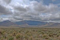 Toppig bergskedja Neveda område från den stora handfatet nära Doyle CA Royaltyfri Fotografi