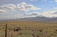 Toppig bergskedja Neveda område från den stora handfatet nära Doyle CA Arkivbild