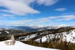 Toppig bergskedja på Tahoe sjukt glesbygdsområde som ser in mot Lake Tahoe Kalifornien Arkivfoton