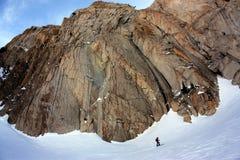 toppig bergskedja skidar att turnera Royaltyfria Foton