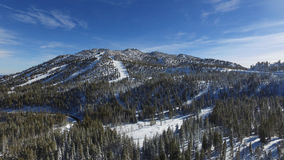 Toppig bergskedja toppmöte royaltyfri fotografi