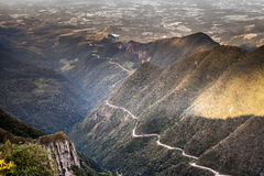 Toppiga bergskedjan av Rio de Janeiro gör Rastro Royaltyfri Foto