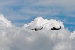 Toppiga bergskedjan för mustanget P-51 stämmer den svindel- hämnaren för II och för FM-@ mot Clou Arkivfoton