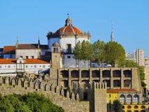 Toppiga bergskedjan gör Pilar Monastery i Porto Royaltyfri Foto