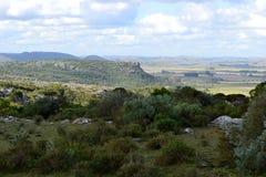 Toppiga bergskedjor nubes för cerros y Royaltyfri Bild