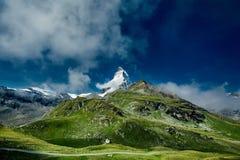 Toppmöte av den Matterhorn monteringen och de gröna alpina ängarna Royaltyfria Bilder