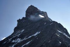 Toppmöte av det matterhorn berget som täckas av det lilla molnet fotografering för bildbyråer
