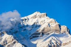 Toppmöte av kaskadberget i stad av Banff, Kanada Arkivfoto