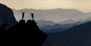 Toppmöte av lyckade kvinnliga bergsbestigare royaltyfri bild