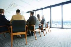 Toppmöte i konferenskorridor arkivfoto