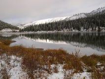 Toppmöte sjö i vinter royaltyfria foton