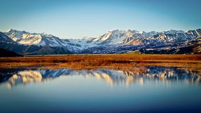 Toppmöte sjöAlaska reflexion Arkivfoton