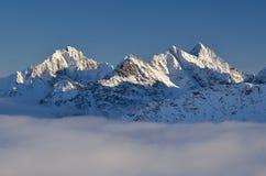 Toppmöten över moln Arkivbild