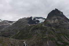 Toppmötet av berget täckte någon is Arkivbild