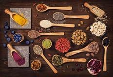 Toppna foods i skedar och bunkar Arkivfoton