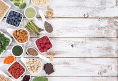 Toppna foods på träbakgrund med kopieringsutrymme Royaltyfri Bild